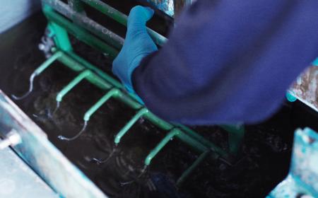 手作業の亜鉛メッキ工程